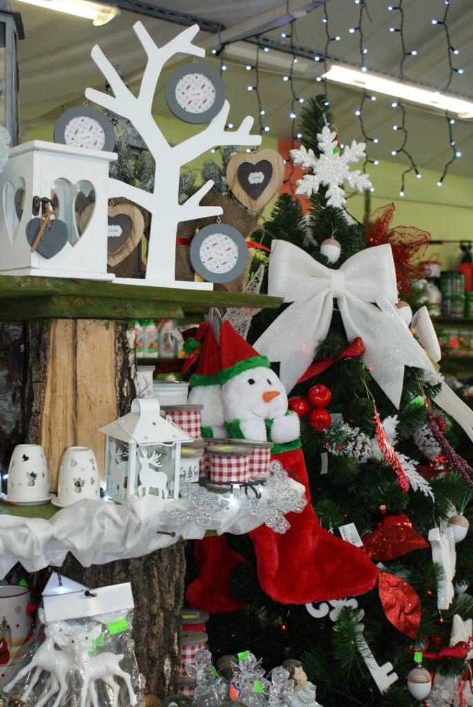 Gustowne białe ozdoby na Święta Bożego Narodzenia