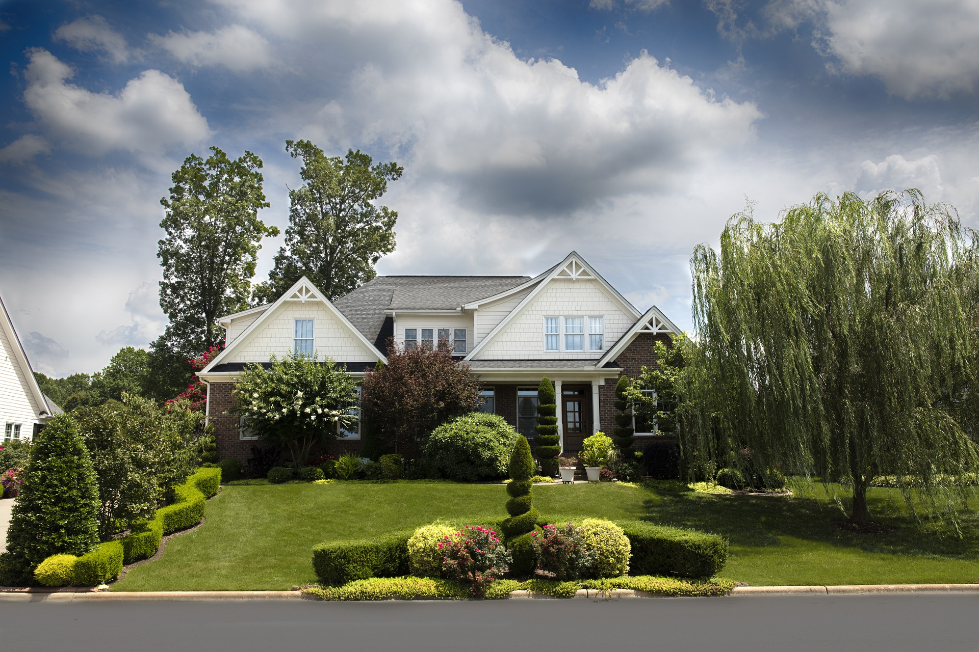 Trawnik z rolki wokół domu