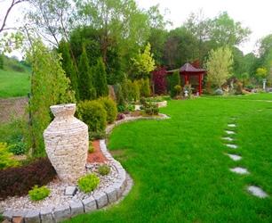 Trawnik z rolki w ogrodzie - aranżacja